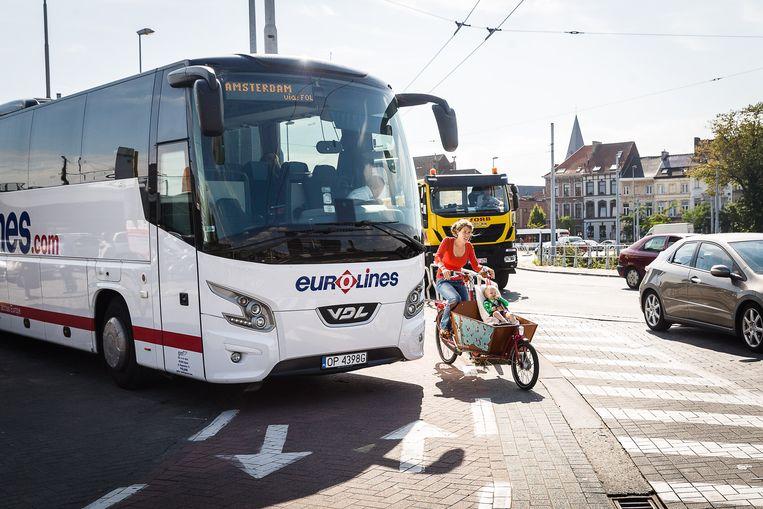Zwakke weggebruikers riskeren hun leven als ze over de Dampoort fietsen.