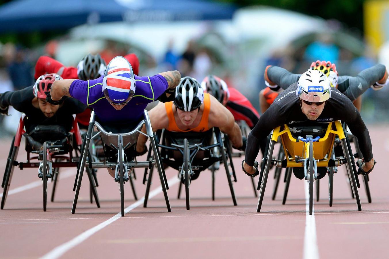 Kenny van Weeghel (midden)staat vandaag in de finale van de 400 meter.