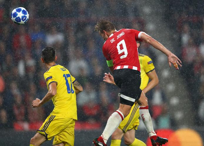 Luuk de Jong scoort de 2-0 tegen BATE Borisov.