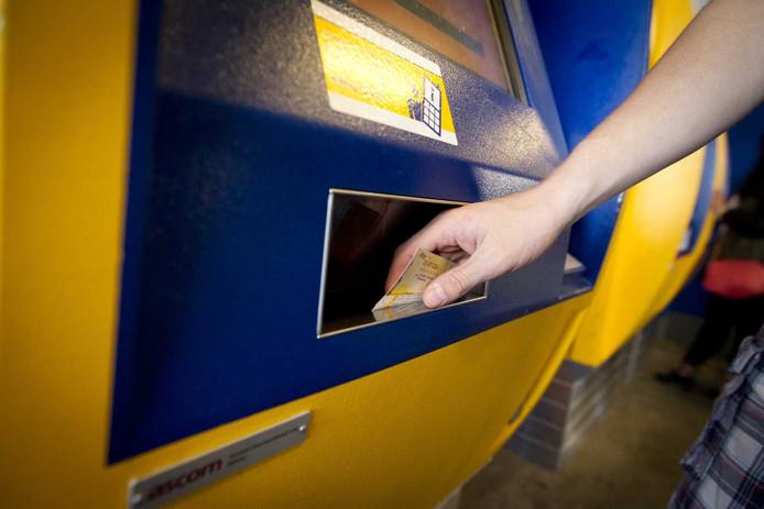 Een reiziger koopt een treinkaartje bij een automaat op Utrecht CS.