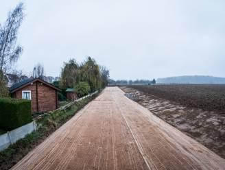 Aarden dam moet modder uit tuinen en woningen houden