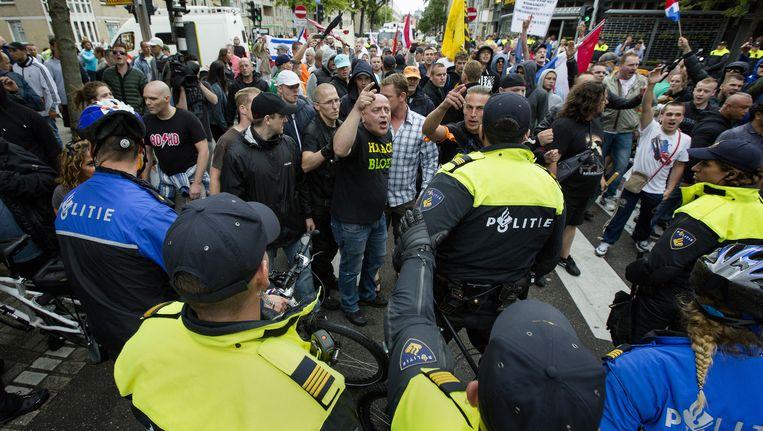Demonstranten worden geblokkeerd door de politie tijdens een anti-IS-demonstratie , die is georganiseerd door een groep Hagenaars die zich Pro Patria (Voor het vaderland) noemt. Actiegroep Identitair Verzet was hier ook aanwezig. Oktober 2014 Beeld anp