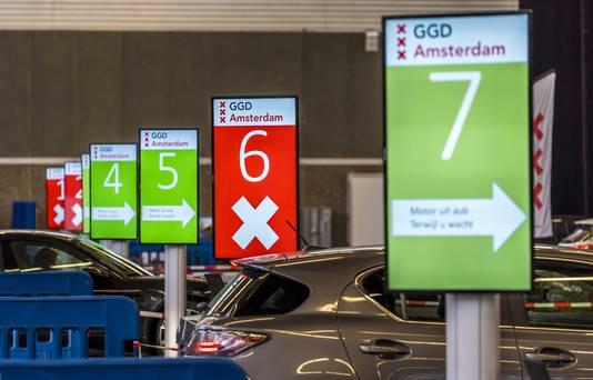 Automobilisten op de testlocatie bij de RAI in Amsterdam.