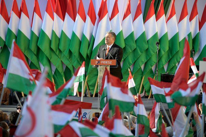 De Hongaarse premier Viktor Orbán spreekt zijn aanhangers toe tijdens een verkiezingsbijeenkomst.