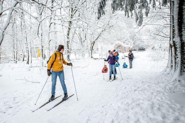 Twee weken geleden: heel wat toeristen trokken naar de Ardennen en bonden er de langlauflatten aan. Verwacht wordt dat de sneeuw ook volgende week zeker daar blijft liggen.