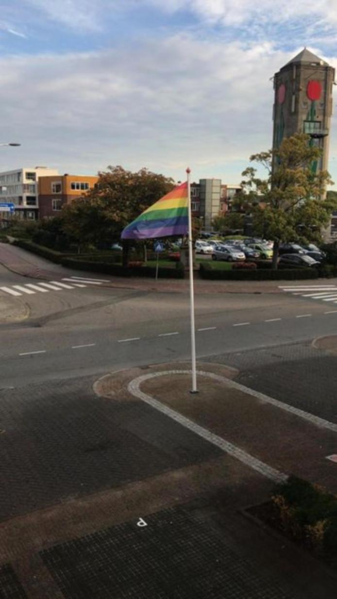 De vlag in Kaag en Braassem. D66: ,,Ook dit jaar wappert in Kaag en Braassem de regenboogvlag door initiatief van ons raadslid Gino Wesselman. De vlag is een symbool voor de samenleving die je met elkaar wilt zijn. Iedereen moet zichtbaar zichzelf kunnen zijn, daar staan wij voor.''