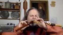 VIRAL3: Man bespeelt 3 fluiten tegelijkertijd