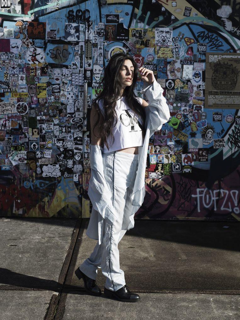 Gestreepte pyjama (H&M), kort T-shirt (Calvin Klein) en zwarte schoenen (Hogan). Beeld null