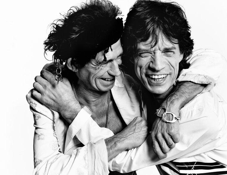 Testino kent Mick Jagger en Keith Richards en hun gezinnen persoonlijk goed. Hier fotografeerde hij het duo voor de Britse Vogue in 2003. Beeld Mario Testino
