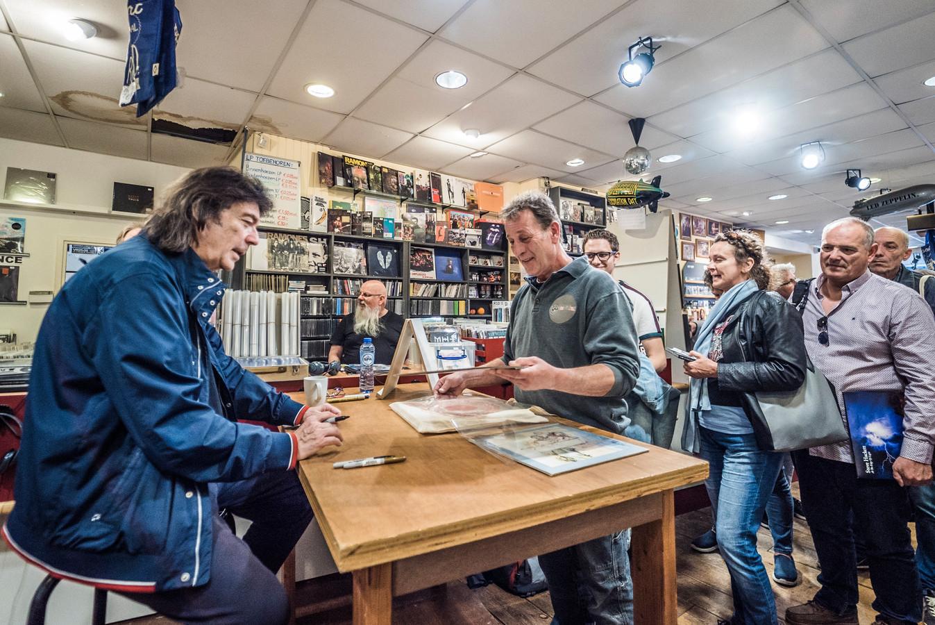 signeersessie van Genesis-legende Steve Hackett bij Velvet music op de Voldersgracht