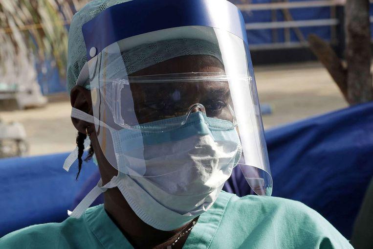Een dokter in Sierra Leone met beschermende kleding. Beeld afp