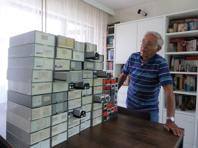 Hans Spits bij zijn verzameling gemaakte dia-foto's