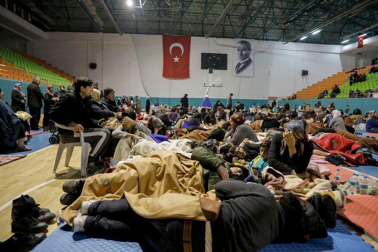 Verschillende mensen brachten noodgedwongen de nacht door in een sporthal. Het exacte aantal is voorlopig nog onbekend.