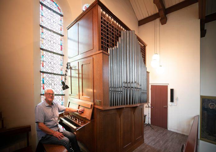 Organist Ad van Sleuwen achter hét orgel in de Gerardus Majellakerk van de Weebosch.