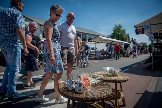 Kunstgebitten te koop bij Jan Biemans op de jaarmarkt in Overasselt.