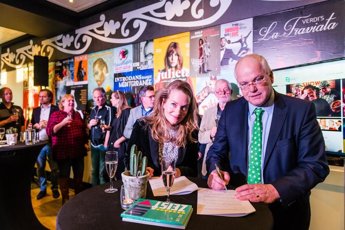 Figi-directeur Victoria Ruijs en wethouder Marcel Fluitman tekenen de nieuwe samenwerkingsovereenkomst.