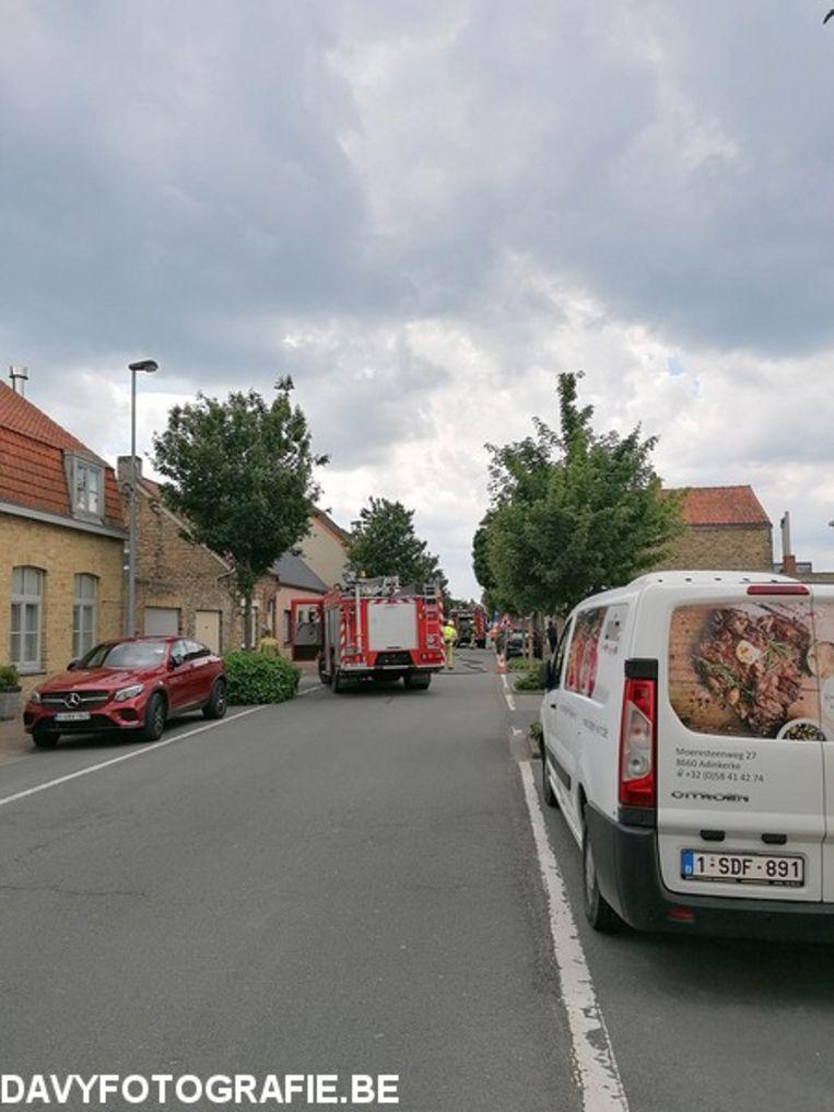 In een woning in de Moeresteenweg in Adinkerke vatte woensdag een vaatwas vuur. De bewoonster en haar kinderen konden de woning tijdig verlaten.