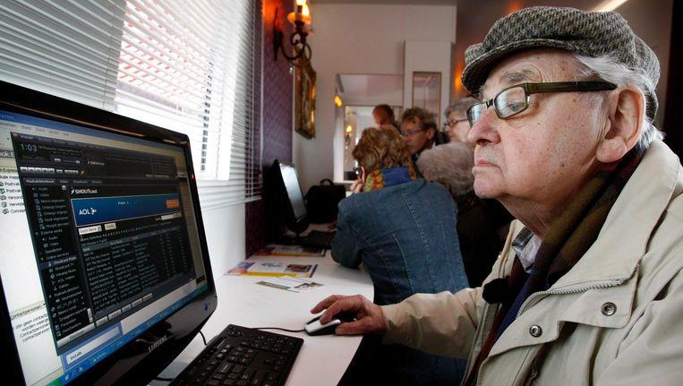 Een oudere achter een computer. Beeld anp