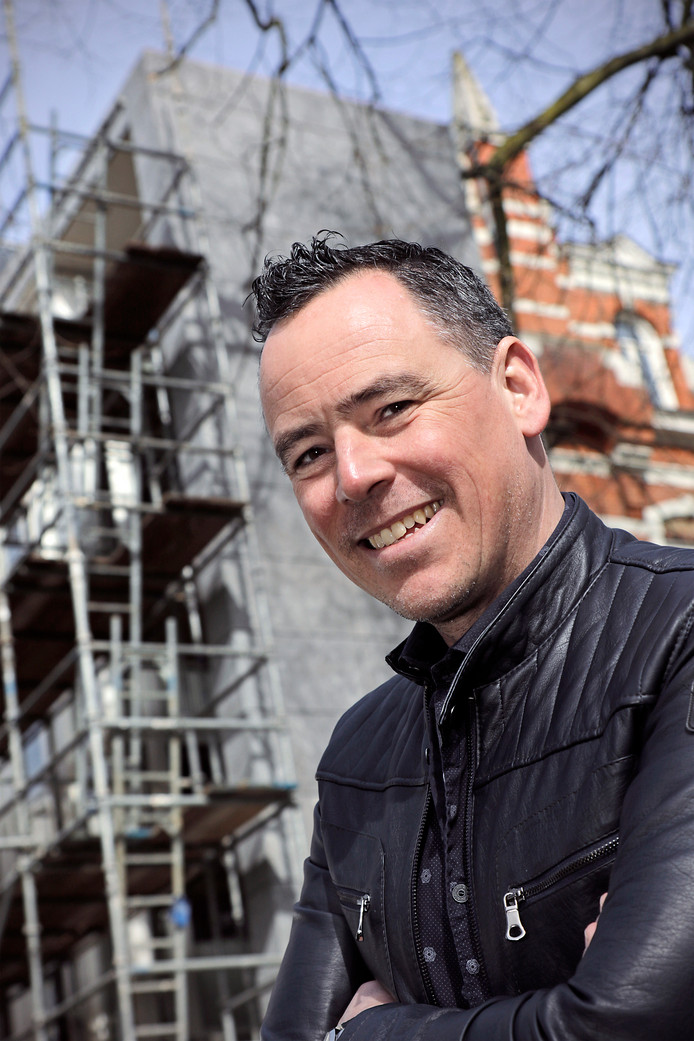 Mike Uijen van bouwbedrijf Dombosch voor museum Jan Cunen  foto: Peter van Huijkelom