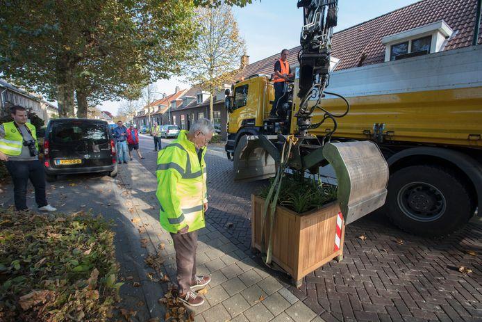 Woensdag 17 oktober werden de plantenbakken geplaatst in de Kapelstraat.