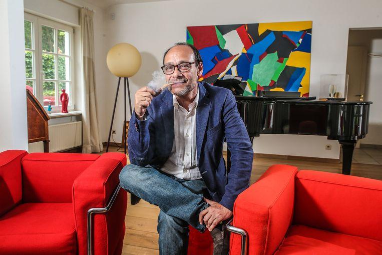 Marc Uyttendaele in zijn living, met felrode Le Corbusier-zetels. Hij en zijn vrouw Laurette Onkelinx - het powerkoppel van Franstalig België - wonen in Lasne, het Latem van Waals-Brabant.