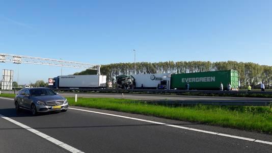 Twee van de vrachtwagens die zijn gebotst op de A12.