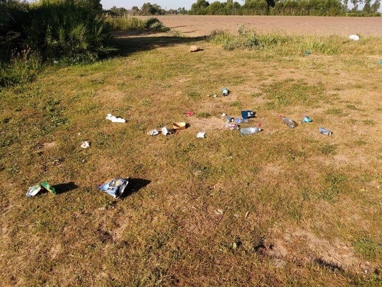 Sommige bezoekers laten hun afval rondslingeren aan de surfput.