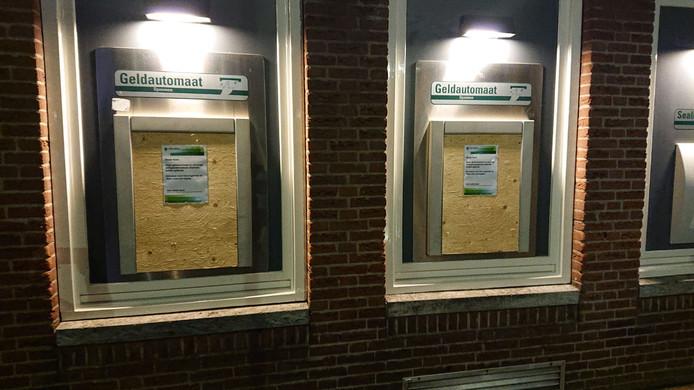 Twee ABN Amro-geldautomaten in Woerden zijn gesloten.