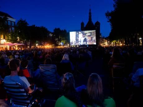 Openluchtbioscoop in Deventer: Engels kostuumdrama op zomerse Brink