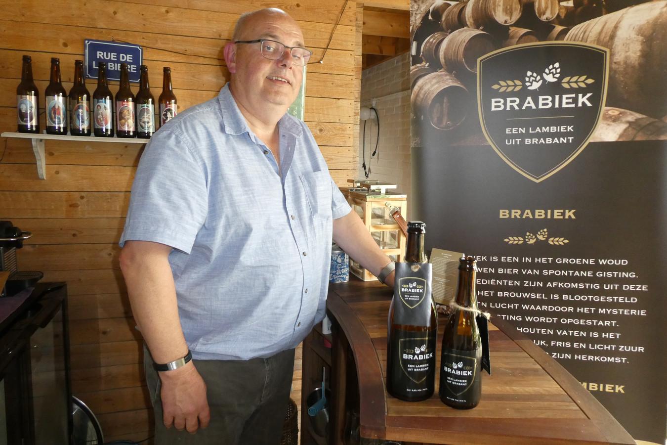 Bert Beekmans bij de grote en kleine fles Brabiek. Het nieuwe bier wordt zondag gepresenteerd op het Bierstraatje in Boxtel tijdens Biereloth.