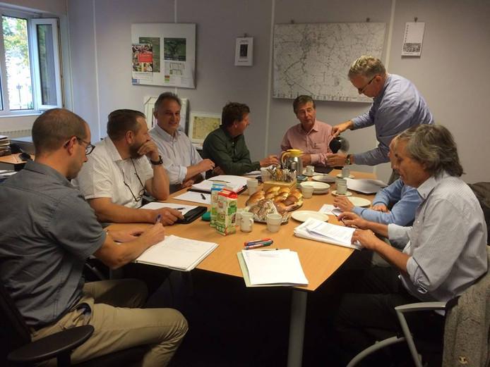 Onder aanvoering van wethouder Peter Smit (kop van de tafel) praten bestuurders van Nevelo, Oisterwijk en Taxandria over hun fusie.
