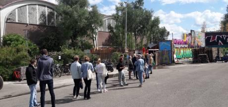 In de rij voor het nieuwste terras van Nijmegen: iedereen wil naar de Achtertuin