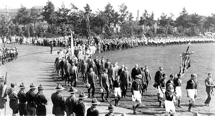 Spelers van Sportclub Enschede maken een ereronde door het park.