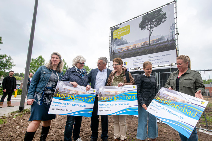 De wethouders Gea Hofstede en Marc Budel samen met enkele Velpenaren die voor Biljoenbad kozen als nieuwe naam voor het zwembad en daarmee een 12 badenkaart wonnen.