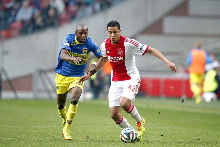 Lukoki van Cambuur in duel met Riedewald van Ajax. Beeld anp
