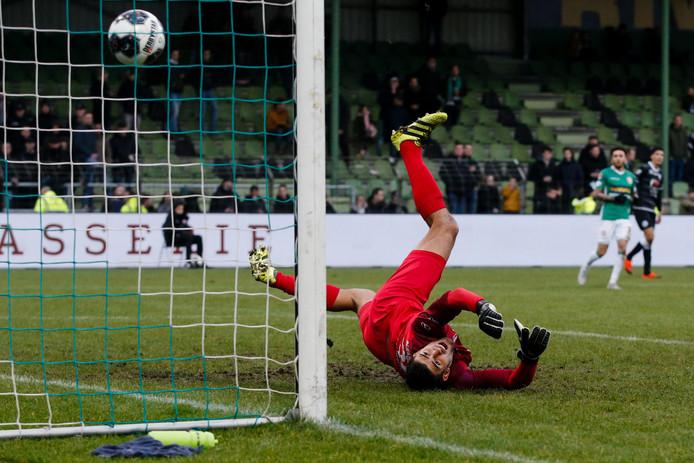 En wéér ziet FC Dordrecht-doelman Petar Stoskovic de bal achter zich in het net verdwijnen: ditmaal voor de 1-5 van FC Den Bosch-speler Danny Verbeek.