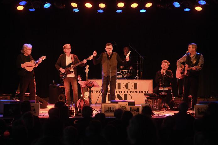 Champagne Charlie presenteerde tijdens het jubileumconcert in De Spot in Middelburg tevens de nieuwste cd Sixpack.