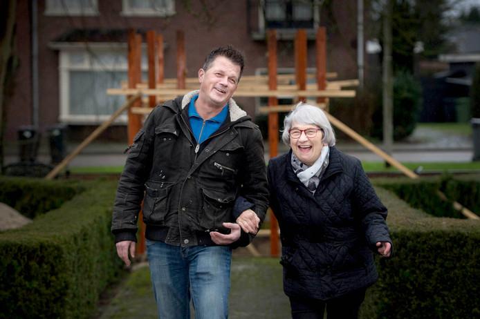 Edwin Derks en zijn moeder Annie Derks op de plek waar de kapel binnenkort wordt gebouwd, bij zorgcentrum Sint Barbara in Dreumel.