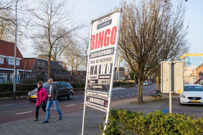 Op een spandoek bij het Hervormd Centrum in Ommen staan aankondigingen van bingoavonden ten bate van de Imminkhoeve, het vakantiecentrum voor mensen met een lichamelijke of verstandelijke beperking.
