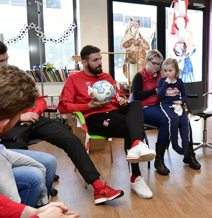 FC Twente-spelers bezorgen zieke kinderen in het MST de middag van hun leven.