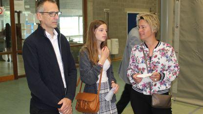 Joke Schauvliege (CD&V) brengt dochter Kato (18) voor het eerst mee naar stembusgang