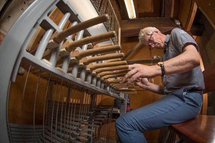 De beiaardier achter zijn instrument. Voor het eerst in bijna 25 jaar geen Ribs & Blues-festival. Het is voor Raalte een hard gelag. Helemaal verstoken van blues blijft het dorp niet: beiaardier Henk Veldman speelt traditiegetrouw een uurtje rauwe blues in de toren van de Kruisverheffingskerk.