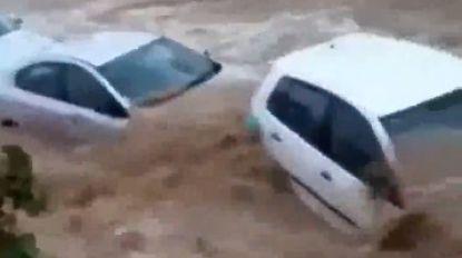 VIDEO. Auto's meegesleurd door overstroming in Turkse badplaats Bodrum