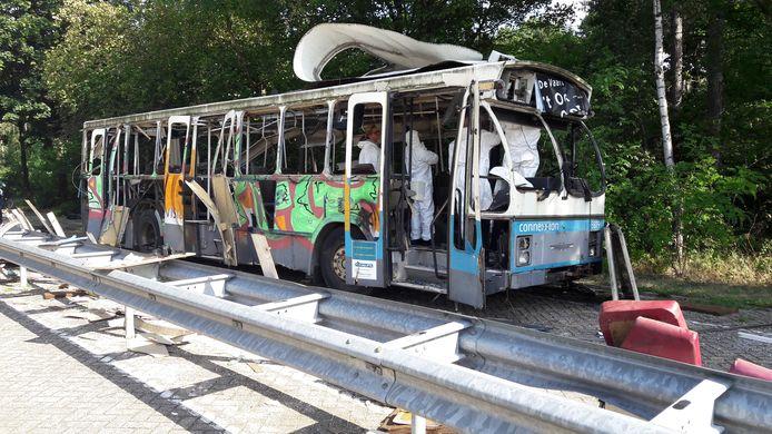 Zo ziet een bus eruit na een bomaanslag. Deze werd op de Politieacademie in Ossendrecht opgeblazen om explosievenexperts te trainen in het zoeken naar sporen.