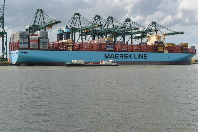 De Madrid Maersk meert aan in Antwerpen. De haven wil meer containers via het spoor vervoeren om de files op de weg te verminderen. Maar de investeringen in het spoor volgen inet.