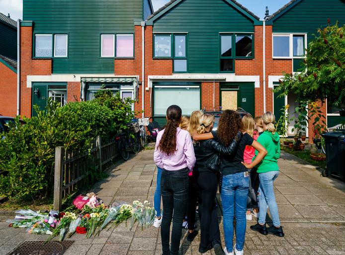Kinderen verzamelen zich voor het huis in Dordrecht, waar Wendell C. zijn vrouw en twee kinderen zou hebben omgebracht.