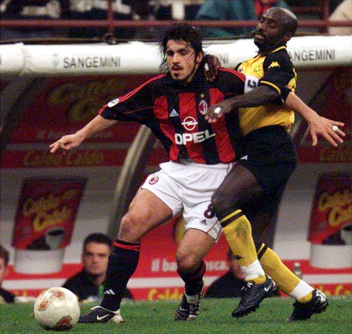Gennaro Gattuso, nu trainer van Napoli, in duel met Bernard Tchoutang tijdens AC Milan - Roda JC (0-1) op 28 februari 2002.