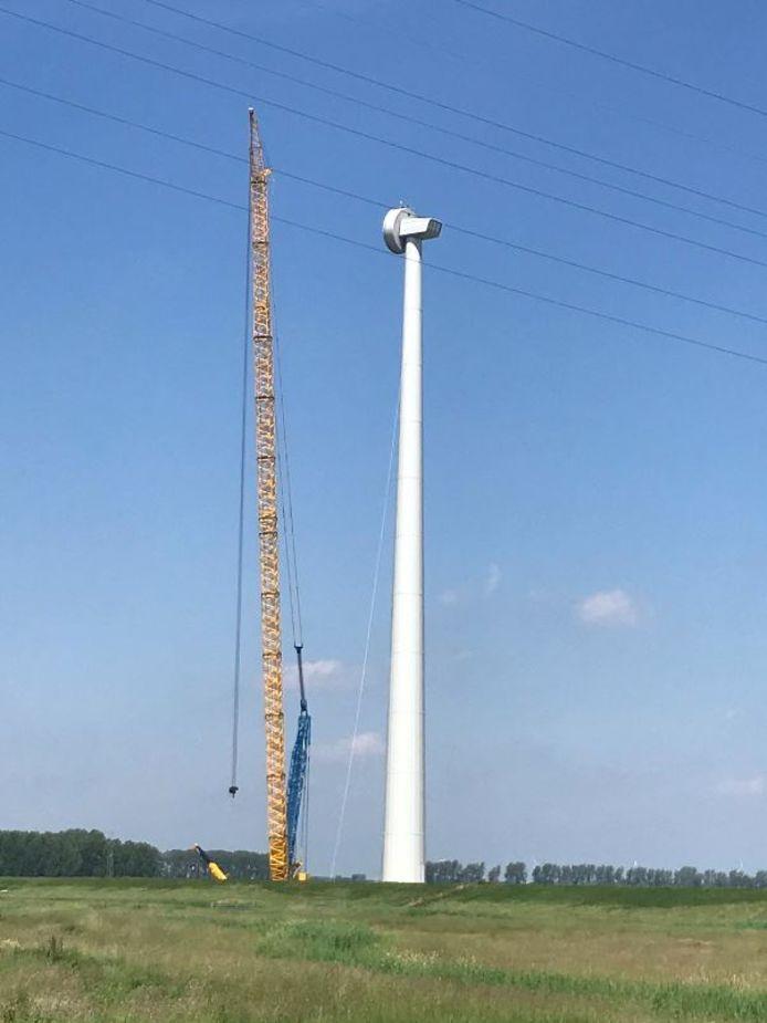De eerste van de vijf windturbines langs het Haringvliet in Windpark Westerse Polder heeft een rotor. Nog vier te gaan.