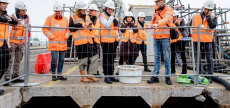 Hoog bezoek op de Waalbrug, om te zien hoe ze daar de giftige deklaag te lijf gaan