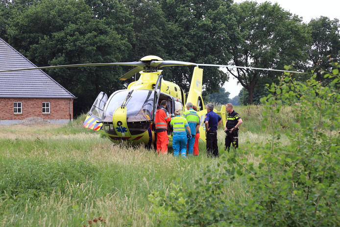 In Milheeze werd een dode man en een zwaargewonde man aangetroffen achter een boerderij aan de Peeldijk.
